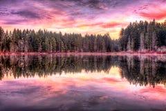 Lever de soleil le long du lac Image libre de droits