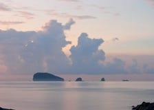 Lever de soleil lilas sur l'océan Photographie stock libre de droits