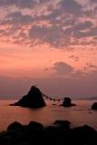 Lever de soleil lors des roches Wedded Photographie stock