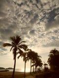 Lever de soleil lumineux en plage de Chahué, Huatulco, México Images libres de droits