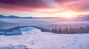 Lever de soleil magnifique d'hiver dans le village de montagne abandonné avec du Sn photos stock