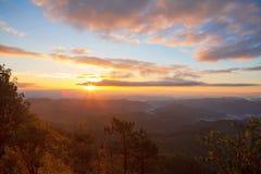 Lever de soleil majestueux dans l'horizontal de montagnes Ciel dramatique dans Tha Photographie stock