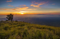 Lever de soleil majestueux dans le paysage de montagnes. Bâti Merbabu, Java Island Image libre de droits