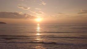 Lever de soleil de matin au-dessus de l'eau de mer sur la vue de bourdon de plage d'été Lever de soleil coloré en ciel de matin e banque de vidéos