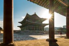 Lever de soleil de matin au palais de Gyeongbokgung dans la ville de Séoul, Corée Images stock