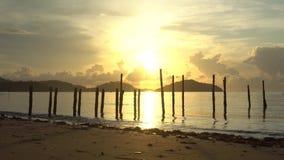 Lever de soleil de matin dans la lumière d'or d'été, étincelle d'eau de mer belle clip vid?o de 4K UHD banque de vidéos