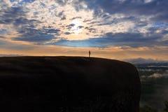 Lever de soleil de matin et brumeux de la roche d'arbre Image stock