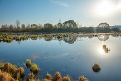 Lever de soleil de matin et réflexion de ciel sur la surface de la rivière image libre de droits