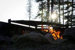 Lever de soleil de matin par un feu de camp photo libre de droits