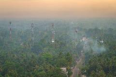 Lever de soleil merveilleux au-dessus de forêt tropicale de palmier Images libres de droits