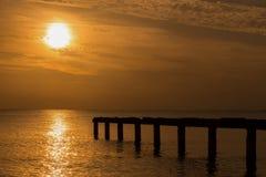 Lever de soleil merveilleux avec la lumière d'or et le joueur de pipeau noir image stock