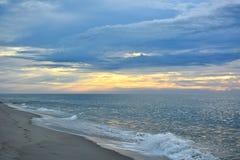 Lever de soleil merveilleux d'été au rivage images libres de droits