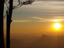 Lever de soleil merveilleux sur la falaise photos stock