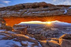 Lever de soleil Mesa Arch d'hiver photos stock