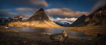 Lever de soleil de montagne de Kyrkja images libres de droits