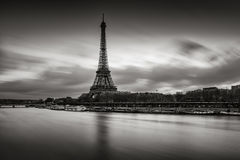 Lever de soleil noir et blanc de Tour Eiffel et de la Seine, Paris image stock