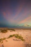 Lever de soleil nuageux au-dessus d'une lagune tranquille avec des modèles et l'orang-outan de nuage Photos libres de droits