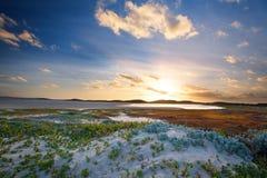 Lever de soleil nuageux au-dessus d'une lagune tranquille avec des modèles et l'orang-outan de nuage Photographie stock