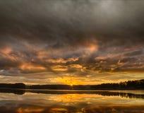 Lever de soleil orageux au-dessus de lac Allatoona Photographie stock libre de droits