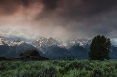 Lever de soleil orageux dans Tetons grand Photo libre de droits