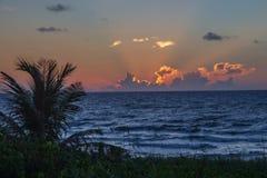 Lever de soleil orange au-dessus de l'Océan Atlantique sur la Côte Est de la Floride images libres de droits