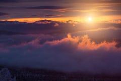 Lever de soleil orange avec des nuages Images stock