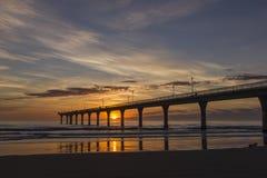 Lever de soleil orange et bleu chez nouveau Brighton Pier image stock