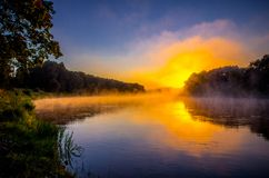 Lever de soleil orange, paysage de rivière