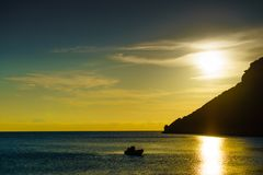 Lever de soleil ou coucher du soleil au-dessus de la surface de mer image libre de droits