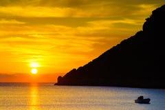 Lever de soleil ou coucher du soleil au-dessus de la surface de mer photographie stock