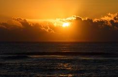 Lever de soleil ou coucher du soleil d'or au-dessus de la mer La lumière du soleil se reflète des vagues d'eau Images libres de droits