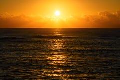 Lever de soleil ou coucher du soleil d'or de plage au-dessus de la mer Photographie stock