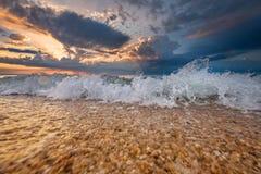 Lever de soleil ou coucher du soleil coloré de destination de plage photo libre de droits