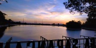 Lever de soleil de papiers peints au bord de lac photographie stock