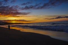 Lever de soleil par l'Océan Atlantique et la fille de la lumière photo libre de droits