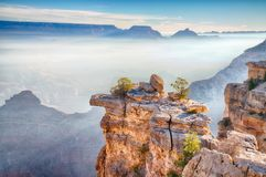 Lever de soleil par le brouillard dans Grand Canyon, Arizona Image stock