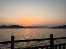 Lever de soleil par le lac photo libre de droits