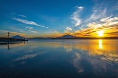 Lever de soleil par le lac Llanquihue, Puerto Varas, Chili photos libres de droits