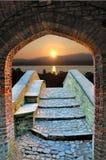Lever de soleil par le passage arqué Images stock
