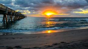 Lever de soleil par le pilier de pêche Images stock