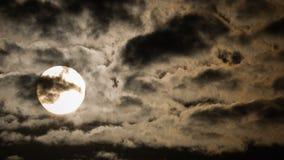 Lever de soleil par les nuages de drame Photos stock