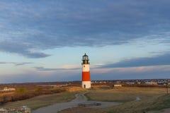 Lever de soleil par un phare Image stock