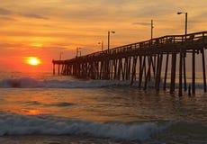 Lever de soleil par un pilier de pêche en Caroline du Nord Images libres de droits