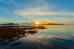 lever de soleil de paysage au-dessus du récif coralien Le récif coralien émerge de l'eau à un niveau d'eau réduit photographie stock