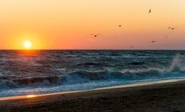 Lever de soleil pendant une tempête sur la mer d'Azov Images stock