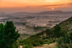 Lever de soleil pittoresque au printemps au Chili central - montagnes brumeuses, Coltauco, région de Higgins de ` d'O, Chili, Amé Photo stock