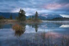 Lever de soleil pluvieux au-dessus de lac Barmsee Images stock
