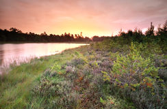 Lever de soleil pluvieux pourpre au-dessus de lac sauvage Photos libres de droits