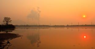 Lever de soleil près de centrale électrique Photos libres de droits