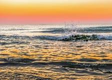 Lever de soleil puissant au rivage rocheux photographie stock